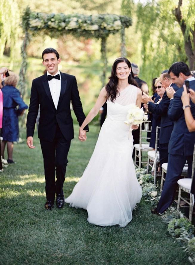 klassiskt bröllop vid en sjö