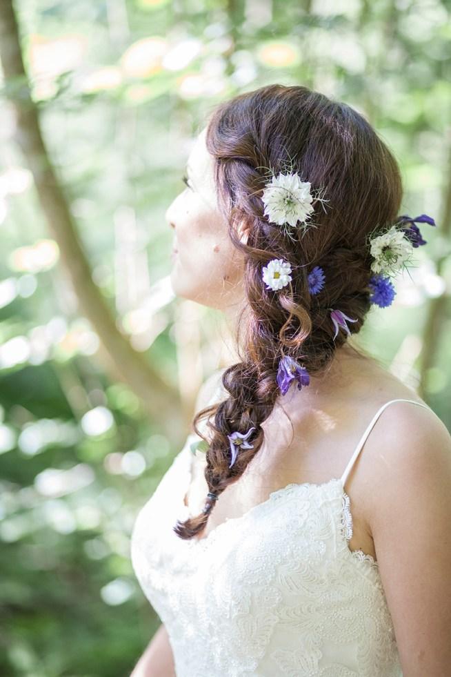 flätad bröllopsfrisyr dekorerad med blommor