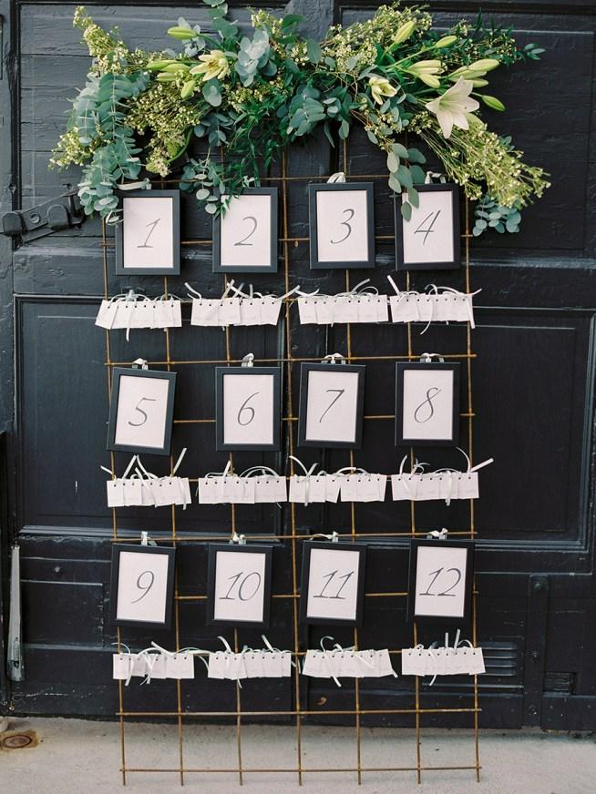 placerkortstavla med bas av armeringsnät dekorerad med blommor