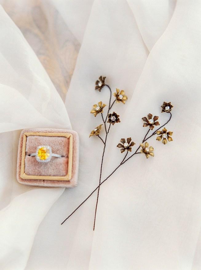 hårpins med små mässingsblommor och swarovskikristaller