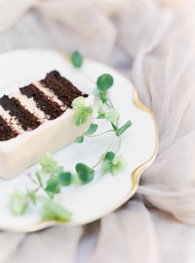 vit bröllopstårta med chokladfyllning