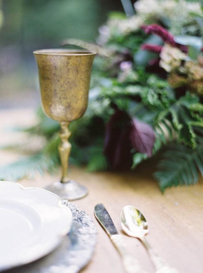 duka med antika bestick och glas till bröllopsmiddagen