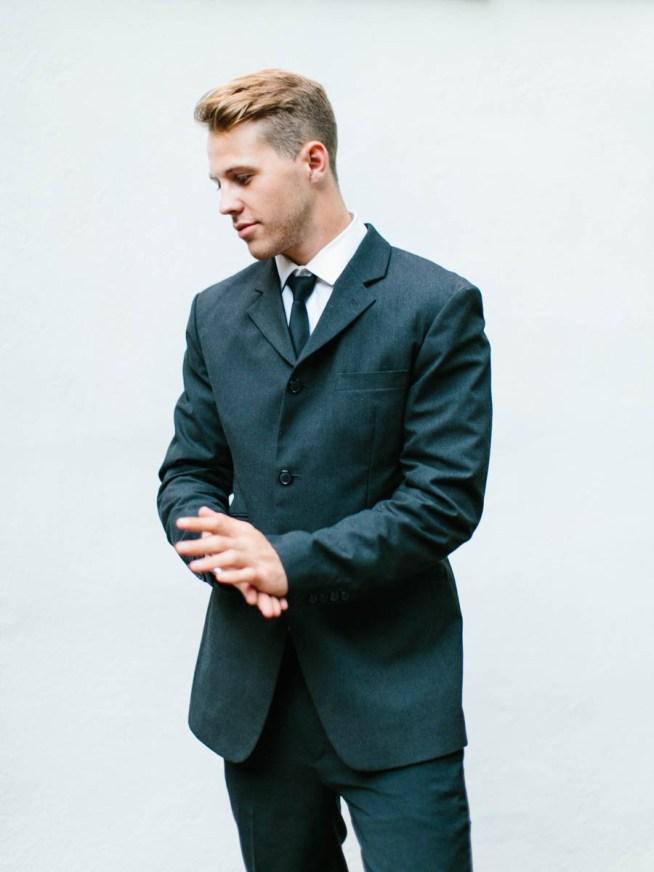 mörk kostym till brudgummen