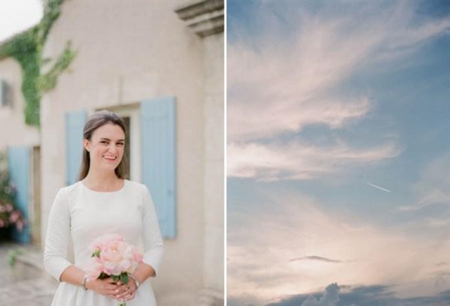 brud i vit klänning med brudbukett av rosa pioner