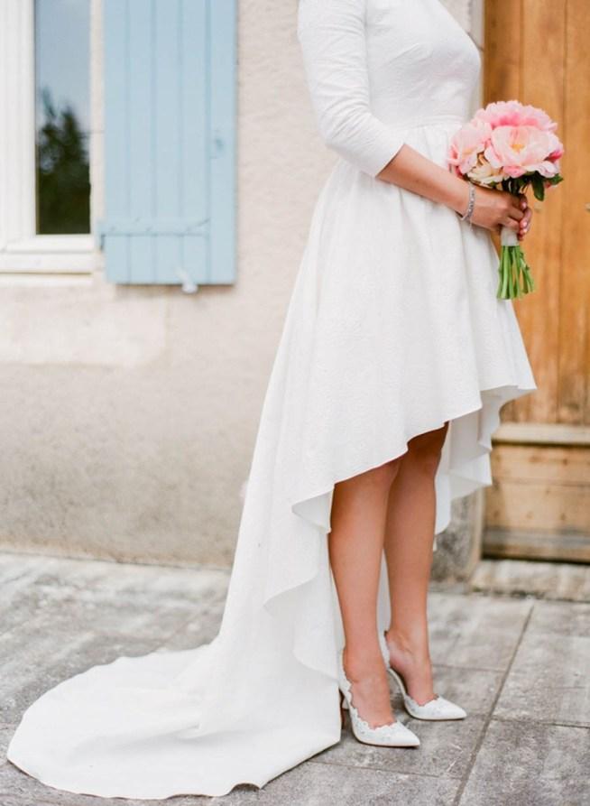 brudklänning med kort kjol och brudbukett med rosa pioner