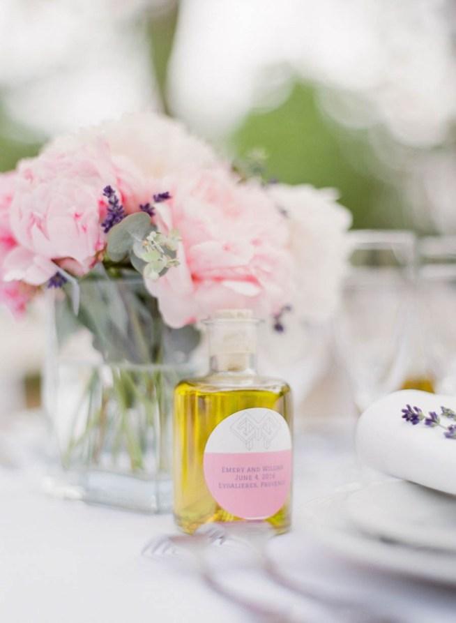 olivolja i vacker flaska som bröllopsfavor till gästerna