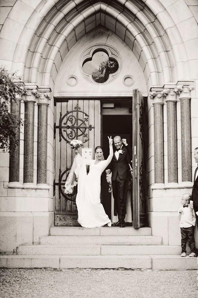nygift par utanför kyrka erika gerdemark