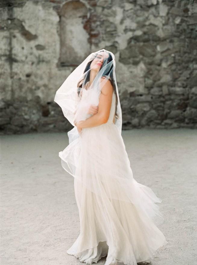 bröllopsinspiration brud i slöja och brudklänning med bar rygg
