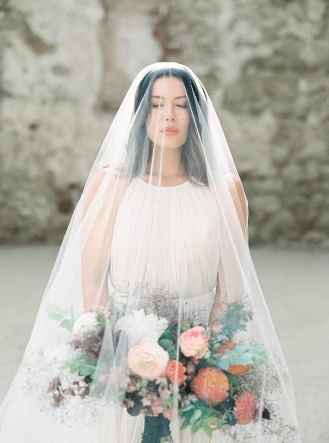 bröllopsinspiration brud med slöja och brudbukett i brända toner