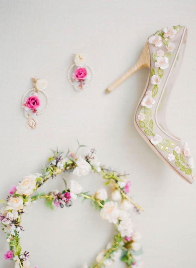 Brudens detaljer, hårkrans, skor och örhängen