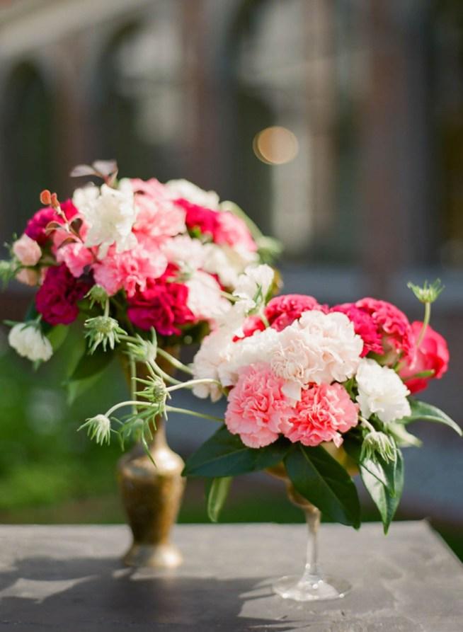 bröllopsblommor i rosa och cerise toner
