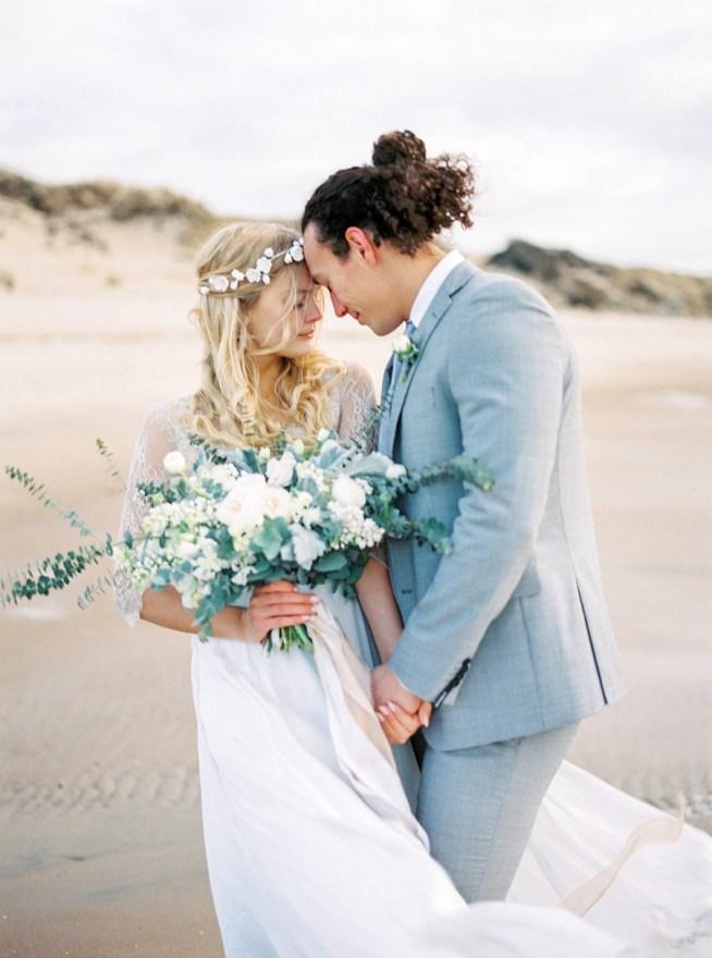 bröllop på stranden med brudbukett från The Wild Rose