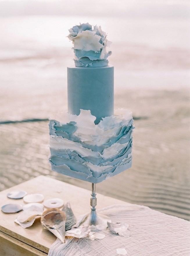 Bröllopstårta i grå toner sockersöta smulor