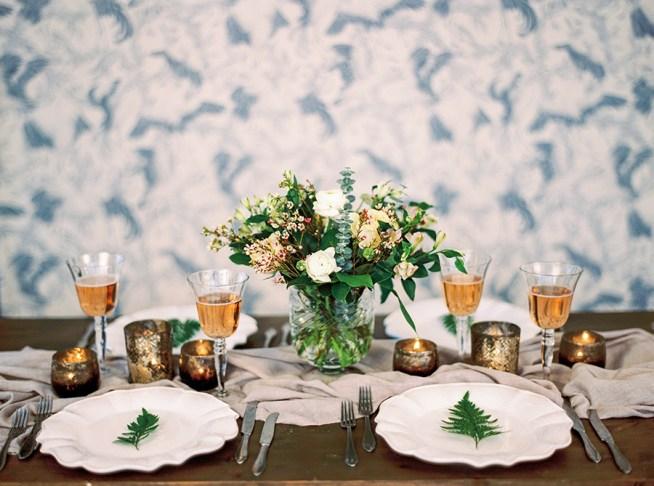 bröllopsinspiration dukning med blommor i glasvas the wild rose