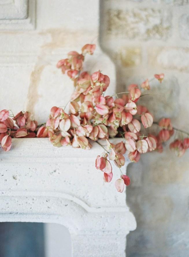blomsterdekor på öppen spis