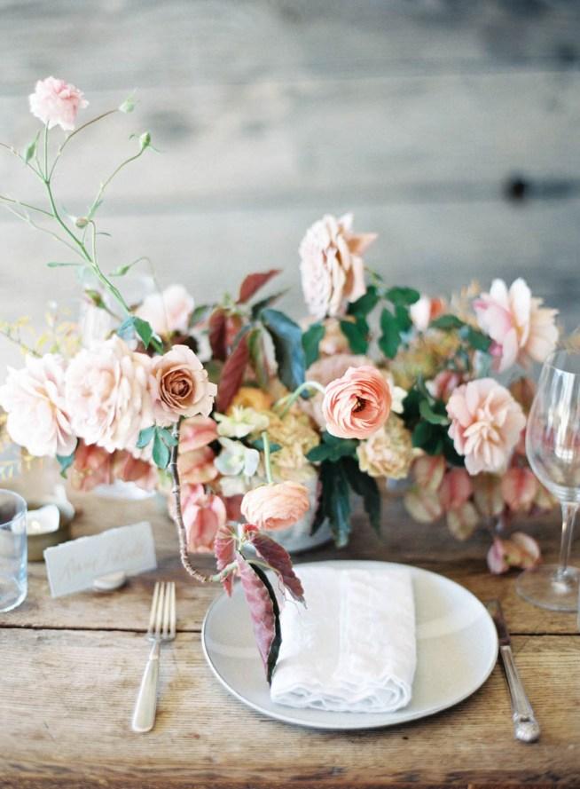blomsterdekoration till bröllop på rustikt bord