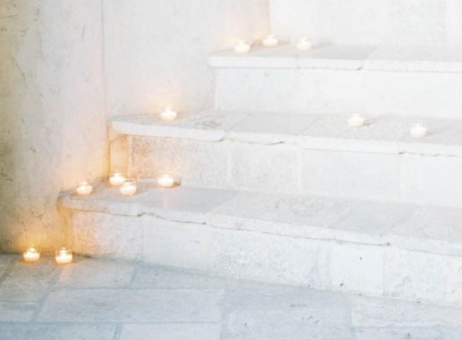 stentrappa dekorerad med ljuskoppar