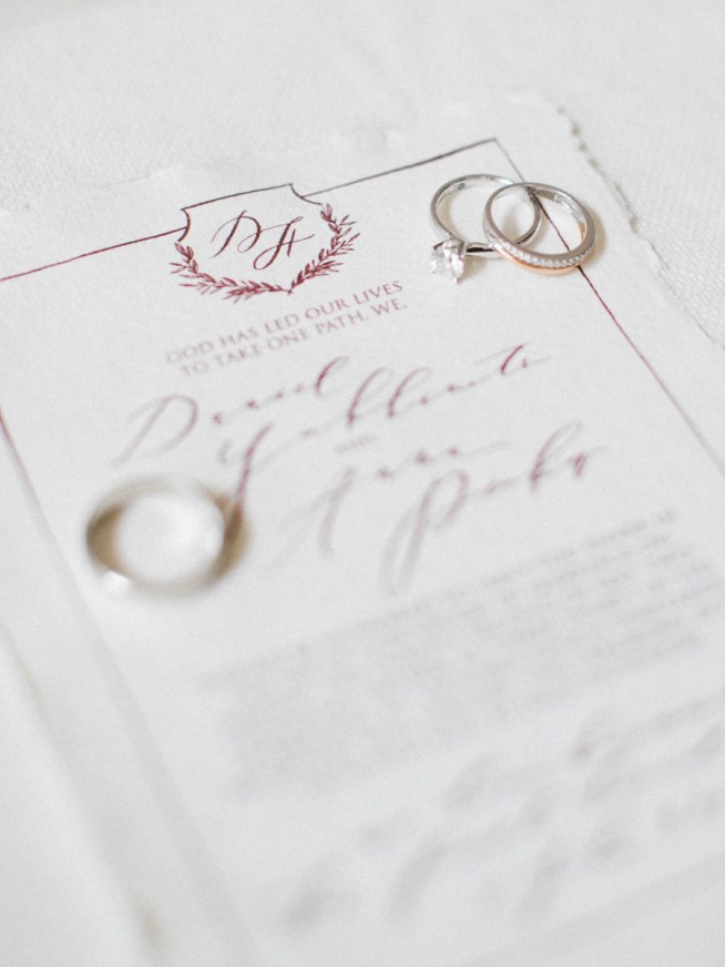 Bröllopsinbjudan med vinröd text