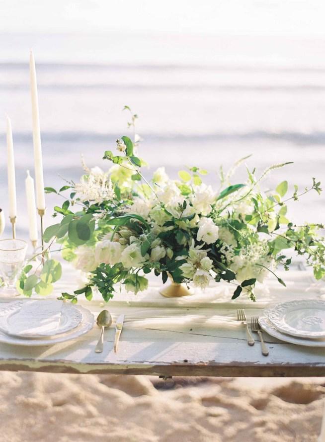 bordsdekoration i vitt och grönt