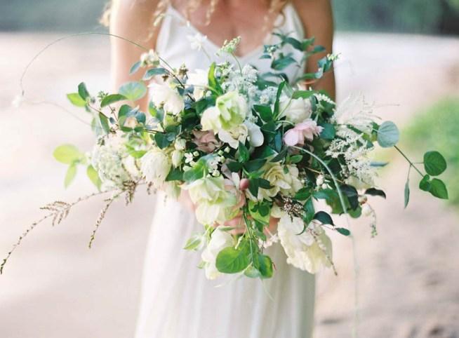 vild brudbukett i vitt och grönt