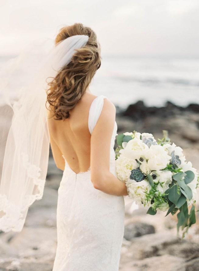 brudbukett i vitt och grått