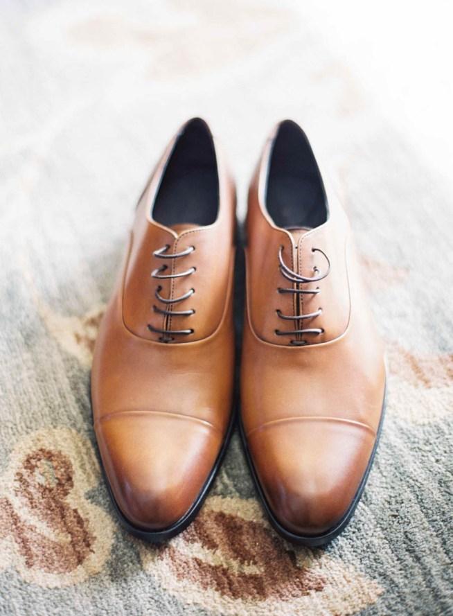 bruna skor till brudgummen på bröllopsdagen