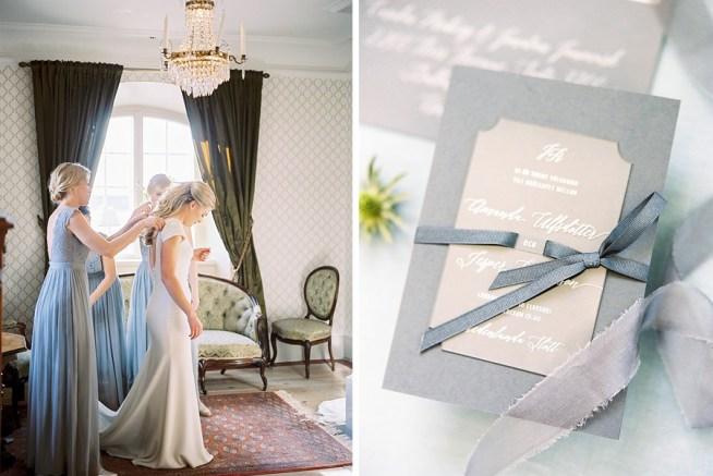 Bröllopsinbjudan i grått med vit text