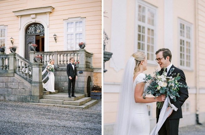 First look utanför slottet fotograferat av 2 Brides Photography