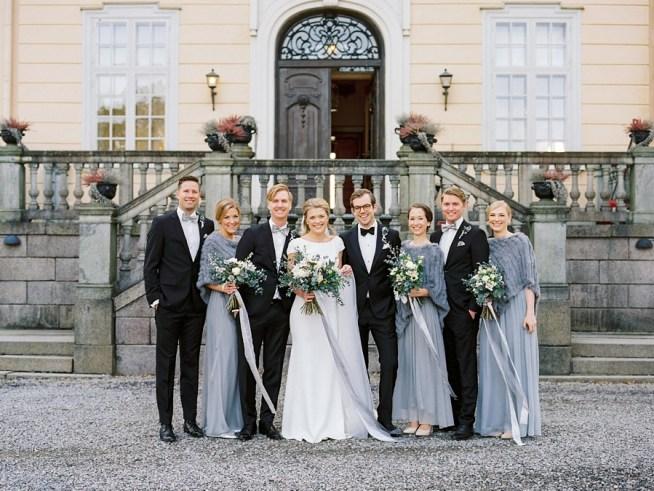Hela brudföljet utanför slottet fotograferade av 2 Brides Photography