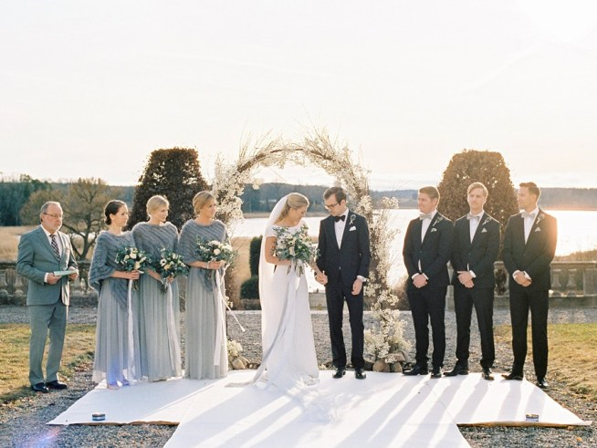 Vinterbröllop i solnedång Hedenlunda slott fotograferade av 2 Brides Photography