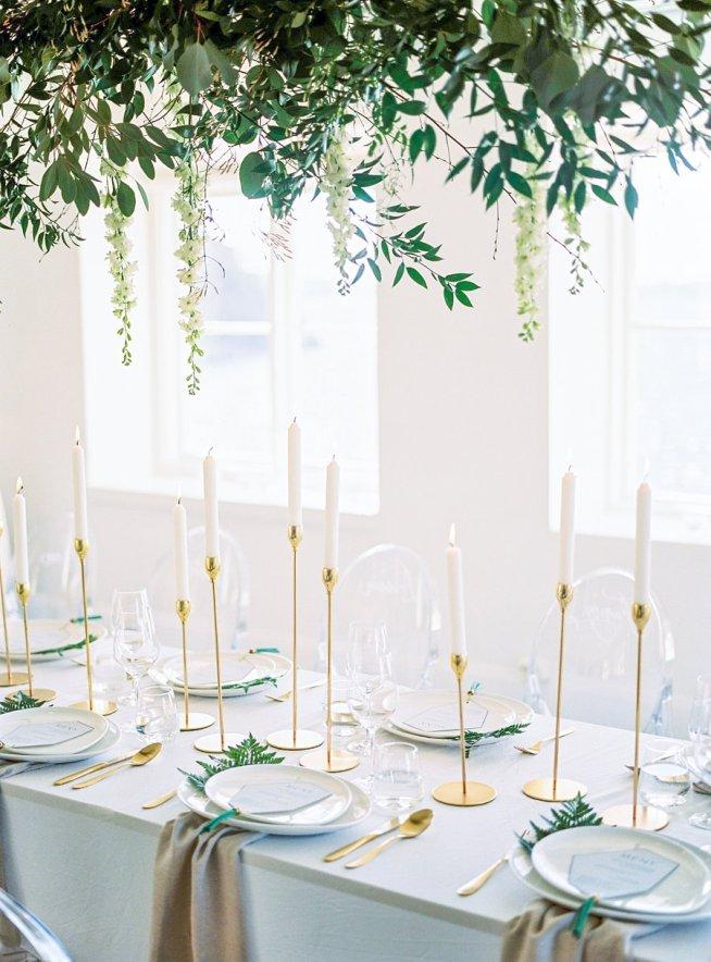 bröllopsdukning med mässingsljusstakar