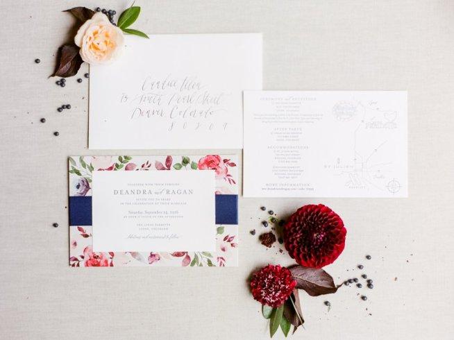 Bröllopsinbjudan med rosa blommor