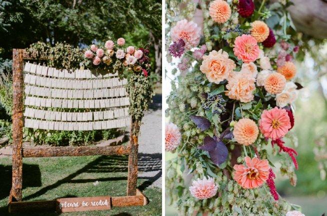 Placeringskort uppsatt med stor asymmetrisk blomsterdekoration