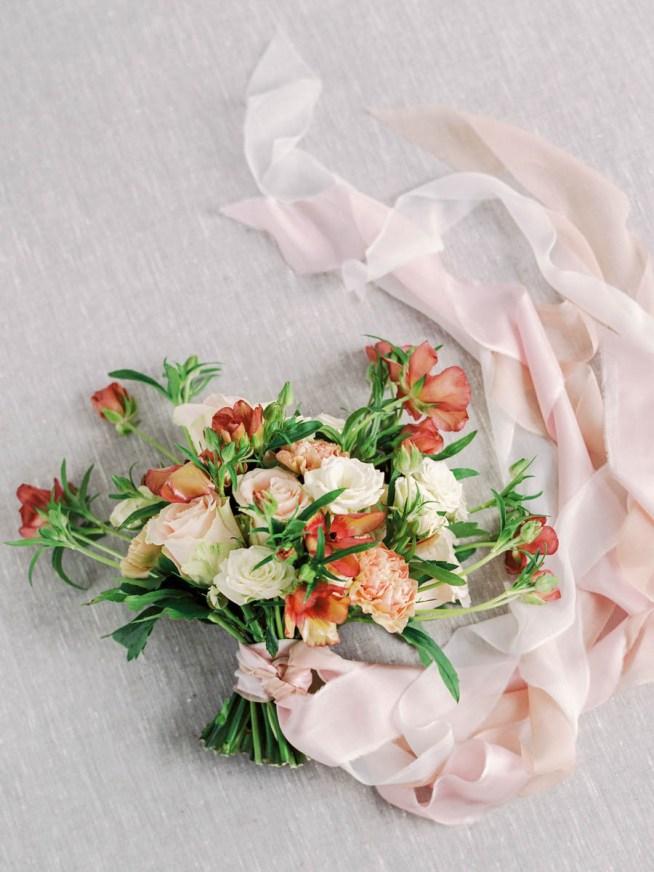 Brudbukett med ranunkler och rosor the wild rose