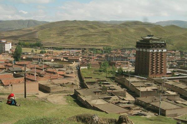 Vista del municipio de Kanlho (Amdo). A la derecha, el monasterio de Tsoe Ganden Choeling.