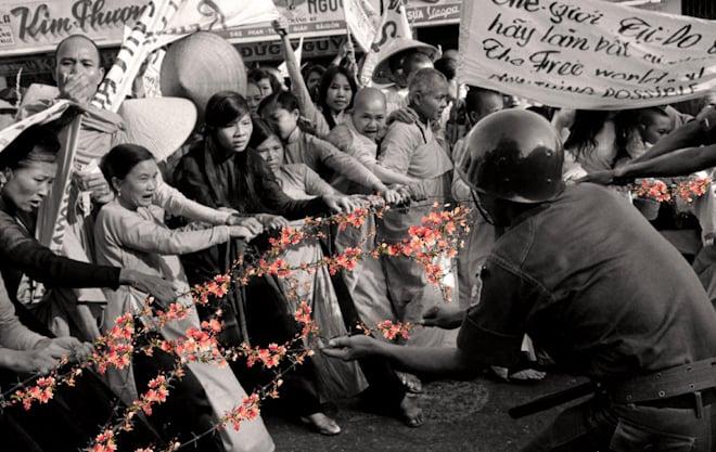 """Hình ảnh Triển lãm ảnh """"Hoa nơi chiến trường"""" bị tạm giữ số 3"""