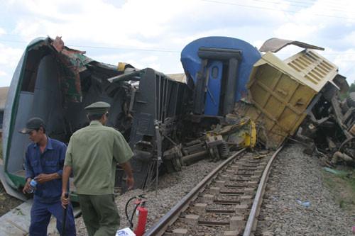 Hình ảnh TNGT nghiêm trọng: Tàu hỏa va chạm xe ben khiến 3 người thiệt mạng số 1
