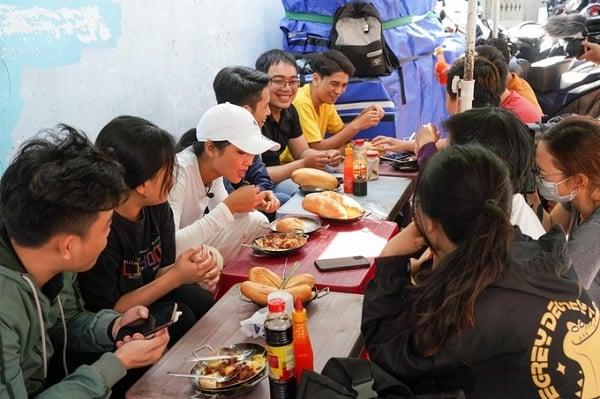 H'Hen Niê chiêu đãi trẻ em nghèo món ăn là niềm tự hào của Việt Nam 6