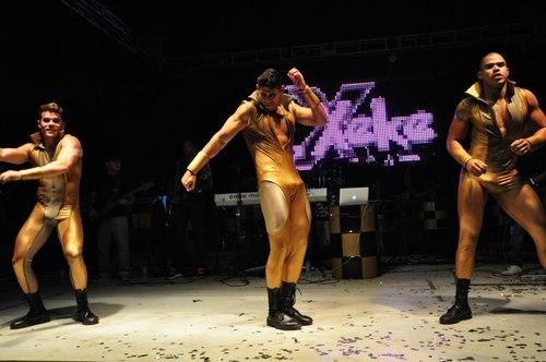 Dançarinos da Banda É Xeke com pau marcando na malha