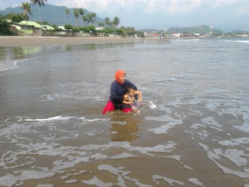 Ummi dan Hana sambut air laut