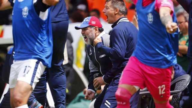 Maradona, del trono que le dio Newell's a las sillas de plástico del Minella