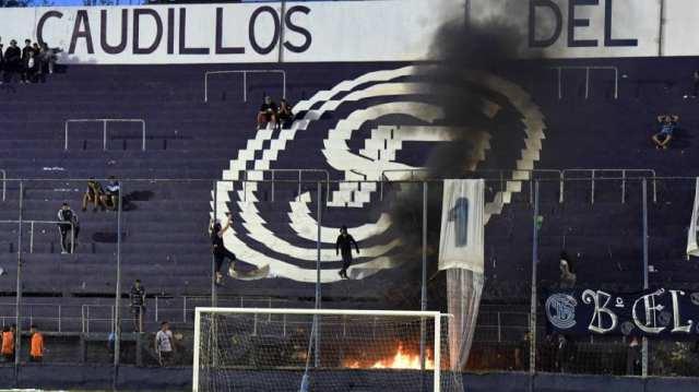 Disparos afuera y cuchillos en la popular: graves incidentes en Independiente Rivadavia
