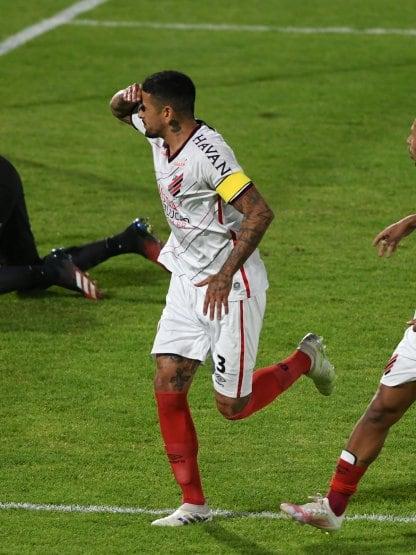 Paranaense lo dio vuelta sobre el final y se llevó tres puntos de Bolivia