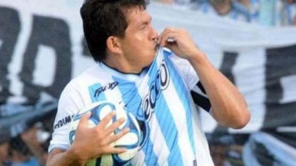 Pulga Rodriguez besa camiseta Atletico Tucuman