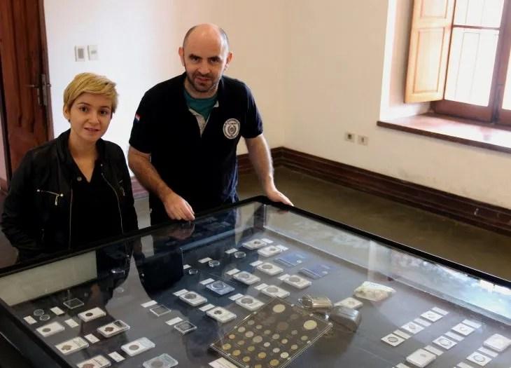 Los coleccionistas Andrés Slachevsky (i) y María Mallorquín (d) durante a exposición del Centro Cultural el Cabildo de Asunción