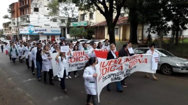Médicos de la ciudad de Encarnación se manifiestan para obtener una jubilación digna.