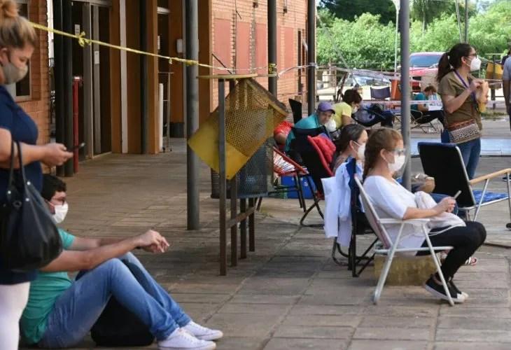 Familiares esperan por sus pacientes a las afuera del Hospital de Clinicas.
