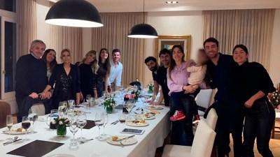 La foto de la fiesta de Olivos con Alberto Fernández. Sobran pruebas de la comisión del delito.