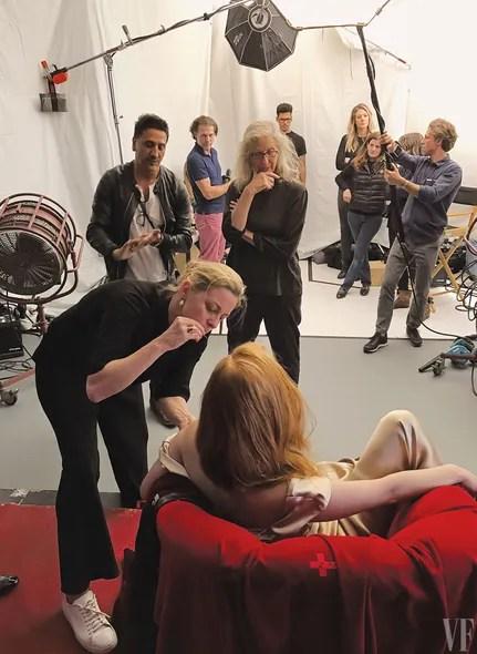 Annie Leibovitz and team observe Jessicas Diehl and Chastain.