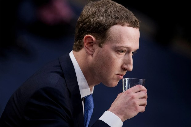 Mark Zuckerberg buvant un verre d'eau lors de son audition devant le Sénat US
